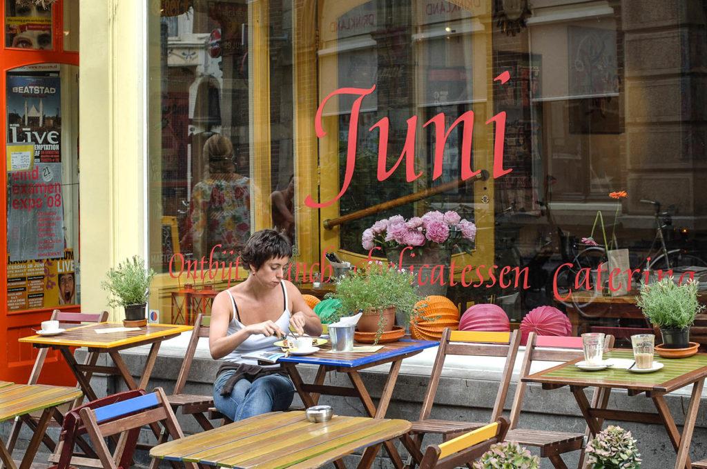 Juni, caffè a Molenstraat, L'Aia