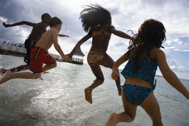 Kids_Jumping_in_SeaLR