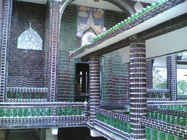 Pareti Con Bottiglie Di Vetro : Thailandia il tempio delle bottiglie come il riciclo diventa arte