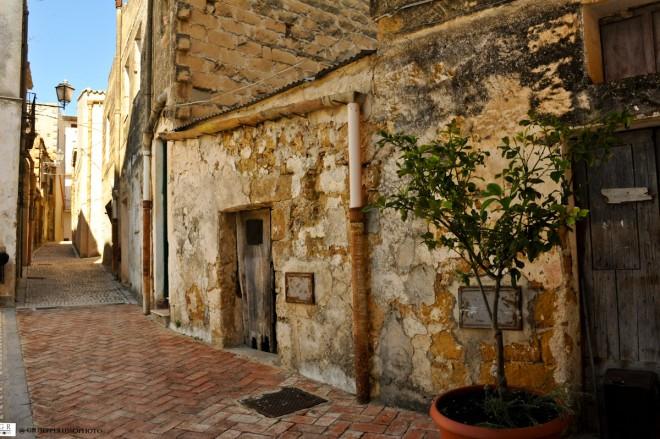 15-quartiere-saraceno-scorci-con-case-e-campanile-chiesa-dsc_1526-2