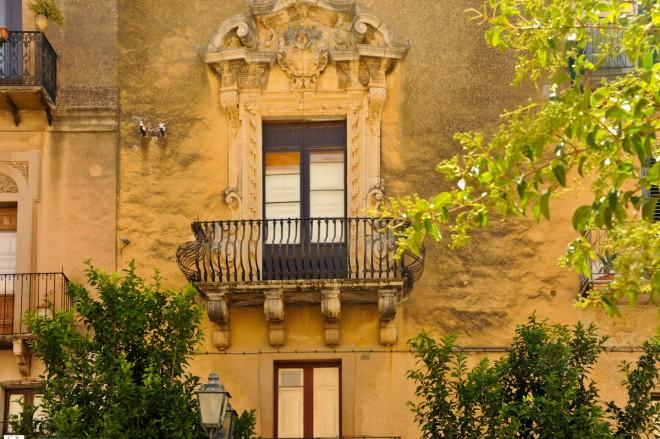 36-palazzo-dei-marchesi-beccadelli-stemma-di-famigliadsc_1198