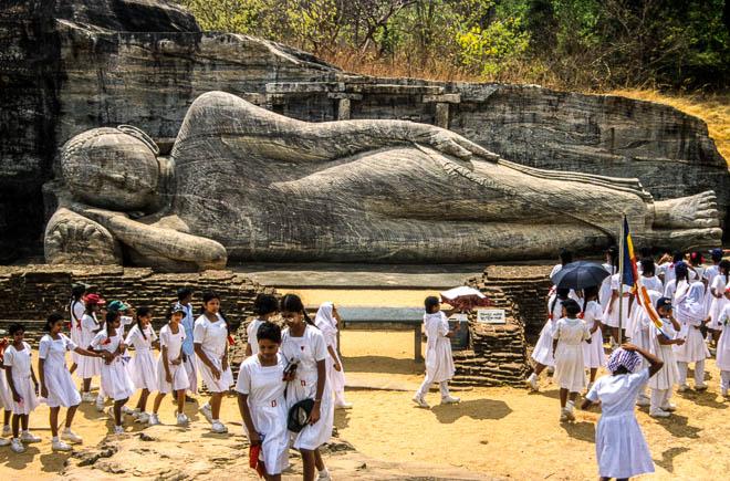 Asia Sri Lanka Polonnaruwa Statua del buddha dormiente del Gal Vihara o tempio di roccia nera Reclining Buddha, Gal Vihara, Polonnaruwa, Sri Lanka, Asia