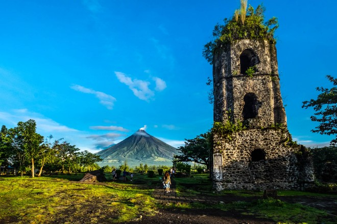 Cagsawa church ruins with Mount Mayon volcano in the background, Legazpi_shutterstock_551536093