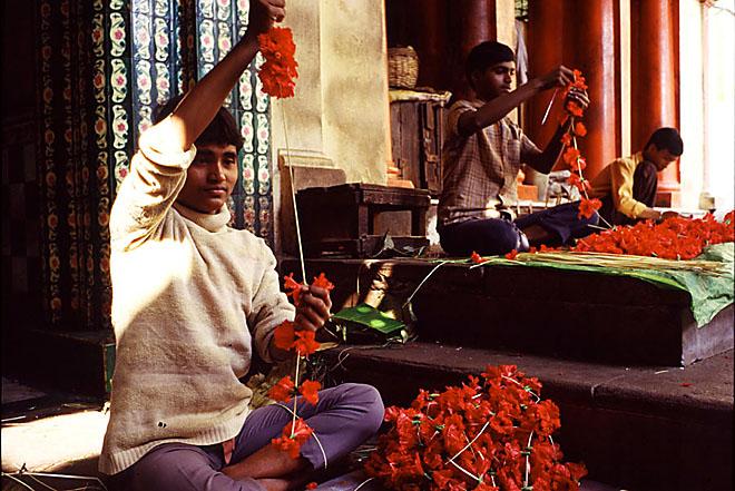 India, Calcutta: praparing flowers at the Kali Temple