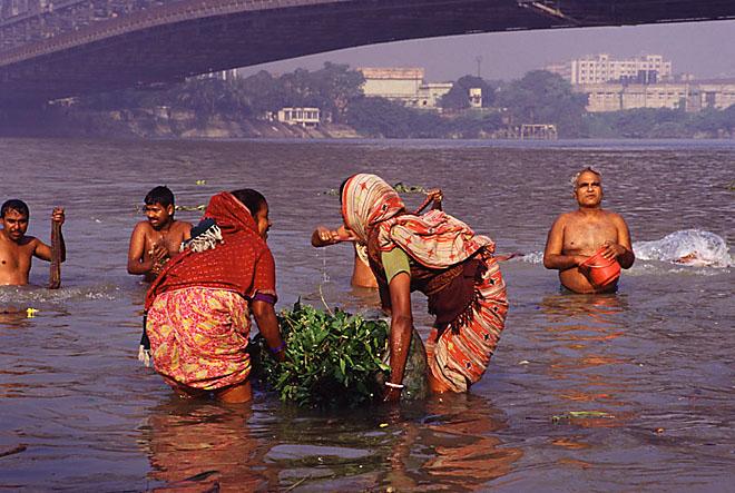 India, Calcutta: in the river Hoogly near the Horah bridge