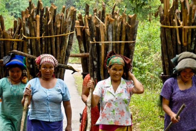donne ADI GALLONG con la tipica gerla con legna sulle spalle