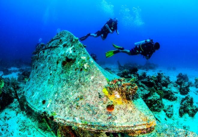 Diving_SCUBA divers underwater wreck_shutterstock_200381354