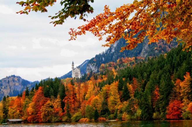 Baviera - Il paesaggio fiabesco della regione tedesca è noto a tutti, ma in autunno si veste di un fascino tutto particolare. Alpi, Prealpi e colline che in autunno si tingono di rosso, arancio e sfumature dorate e che d'inverno si ricoprono di candida neve. Il contrasto con l'acqua del Danubio è forte.