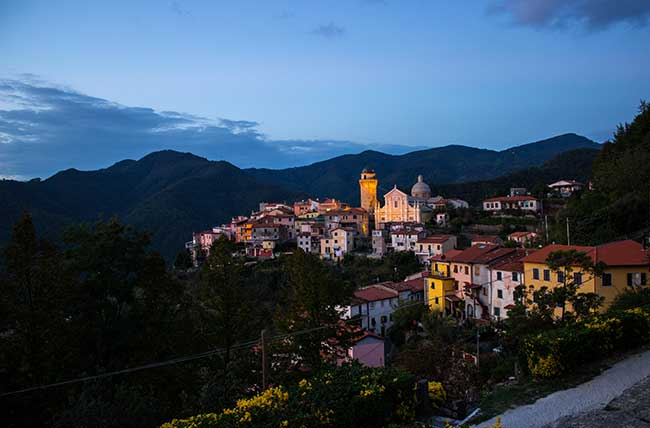 Il-borgo-di-Ortonovo-al-tramonto