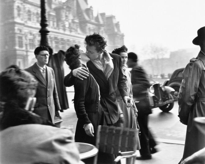 Le baiser de l'ho╠étel de ville, Paris 1950 Photographies ┬® Atelier Robert Doisneau