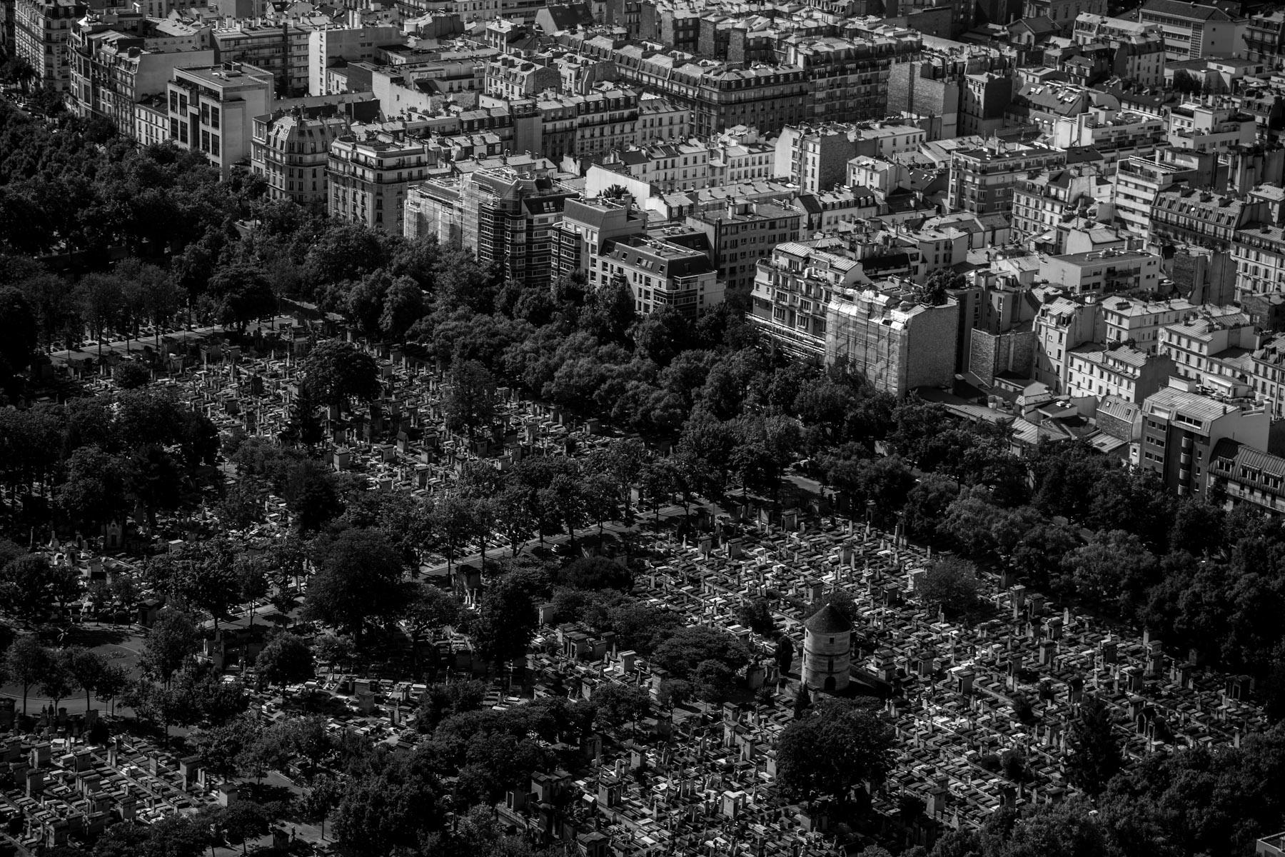 Il cimitero di Montparnasse a Parigi, visto dalla Tour de Montparnasse