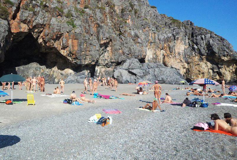 Spiagge naturiste in Italia. Via il costume