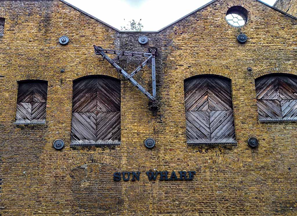 Sun-Wharf-in-Narrow-Street-Londra