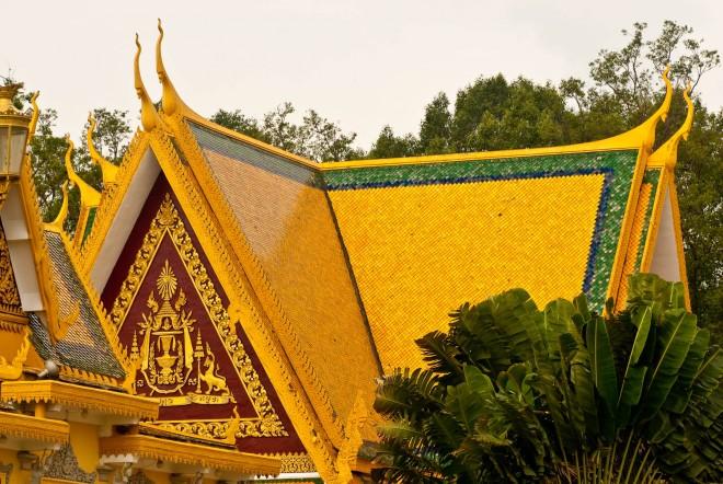 Cambogia, i tetti delle pagode di Phnom Penh
