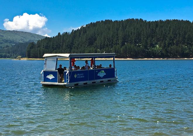 il batttello elettrico sul lago Arvo nella Sila