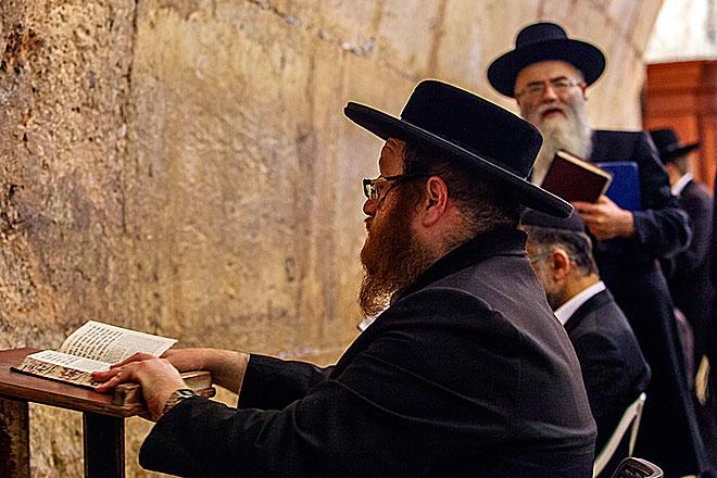 di fronte al Muro del pianto a Gerusalemme