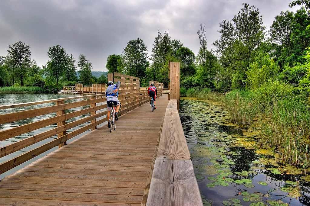 lago-comabbio-bicicletta-sul-ponte