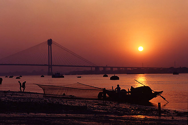 India - Calcutta: fishermen on the Hooghly river shores.