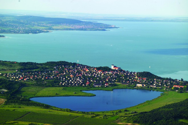 Tihany és a Belsõ-tó madártávlatból