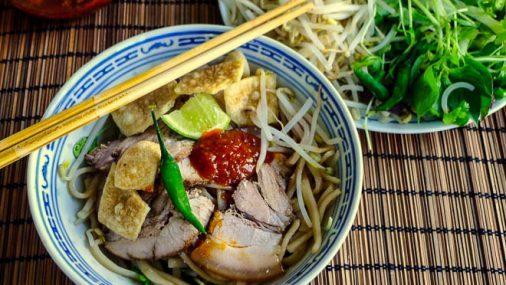 Street food gustoso e saporito in Vietnam